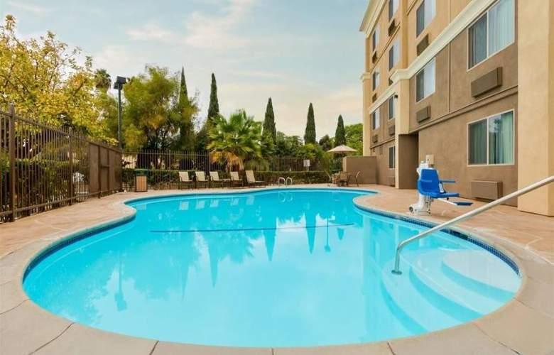 Comfort Inn Chula Vista - Pool - 14