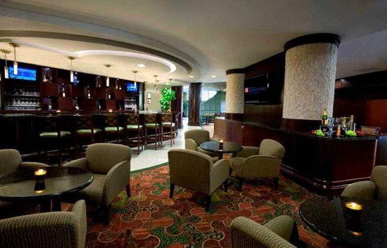 Hilton Garden Inn Toronto Airport - Bar - 9