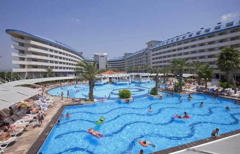 Crystal Admiral Resort Suits&Spa - Pool - 14