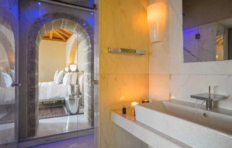 Moni Emvasis Luxury Suites - Room - 5