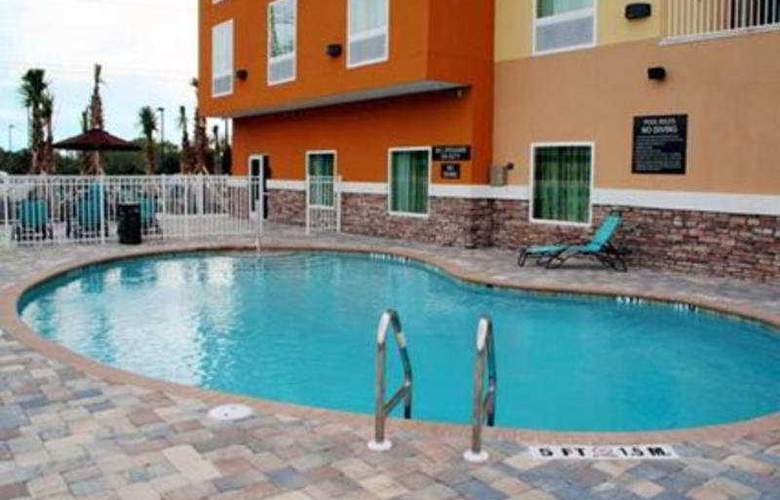 Comfort Suites Tampa - Pool - 3
