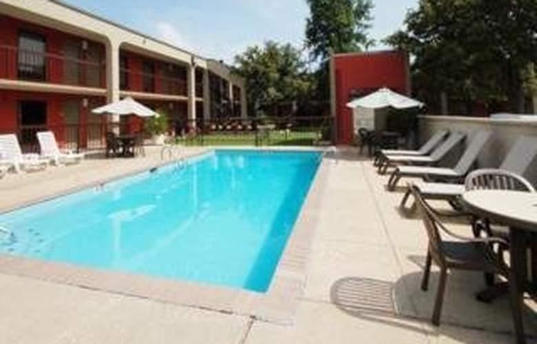 Quality Inn - Pool - 4