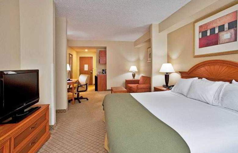 Holiday Inn Express & Suites Tampa - Room - 18