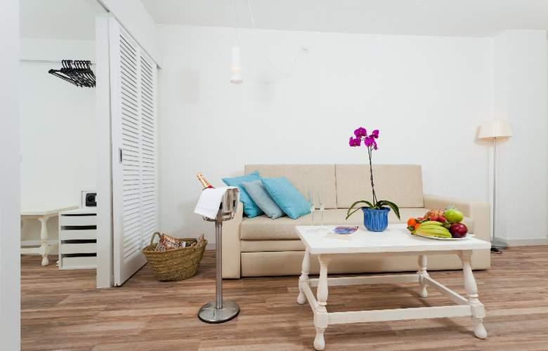 Fergus Style Cala Blanca Suites - Room - 5