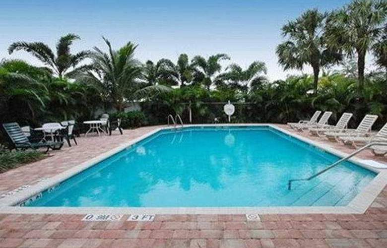Comfort Suites Airport - Pool - 6