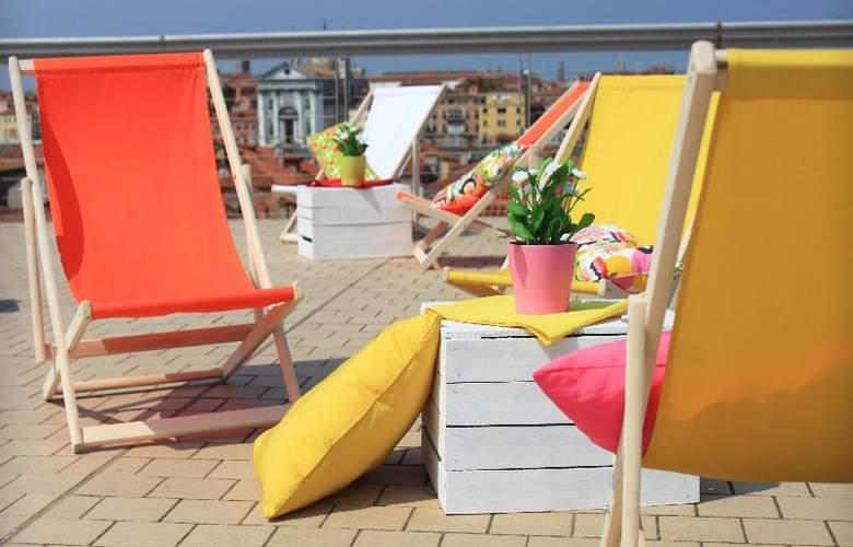 Sunny Terrace Hostel - Terrace - 40