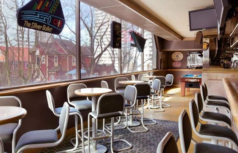 Coast Plaza Hotel & Suites - Bar - 5