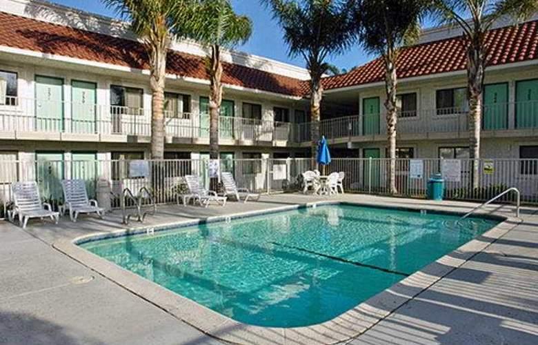 Motel 6 Los Angeles Pamona - Pool - 3