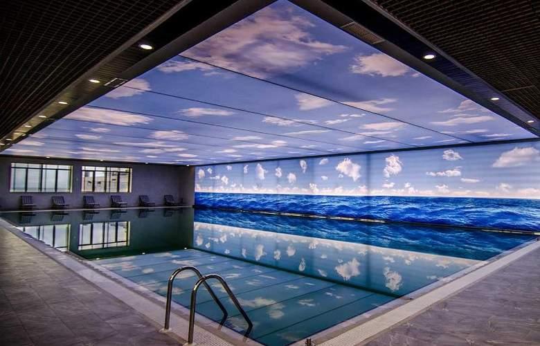 Ramada Baku Hotel - Pool - 18