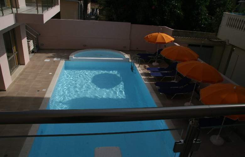 Blue Sky Apartments - Pool - 2