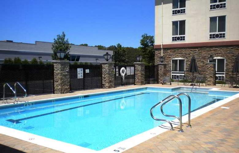 Holiday Inn Express Hotel & Suites Riverhead - Pool - 2