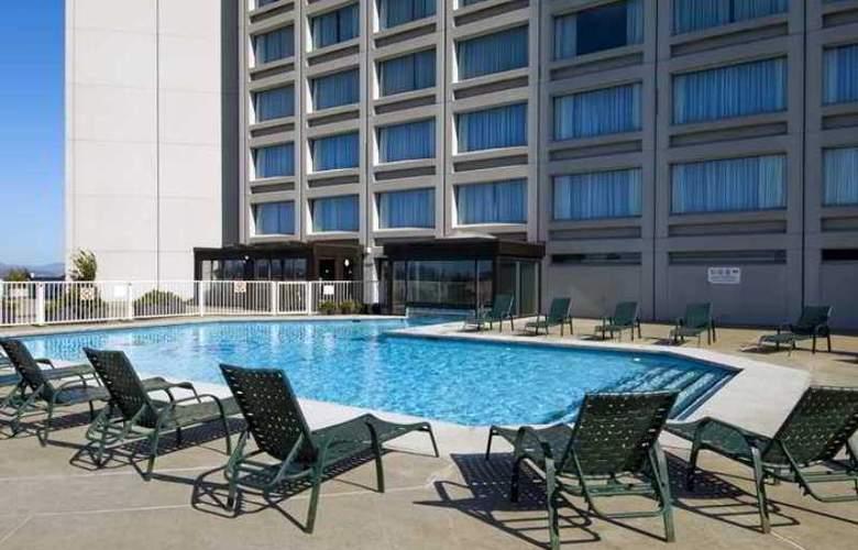 Hilton Quebec - Pool - 10