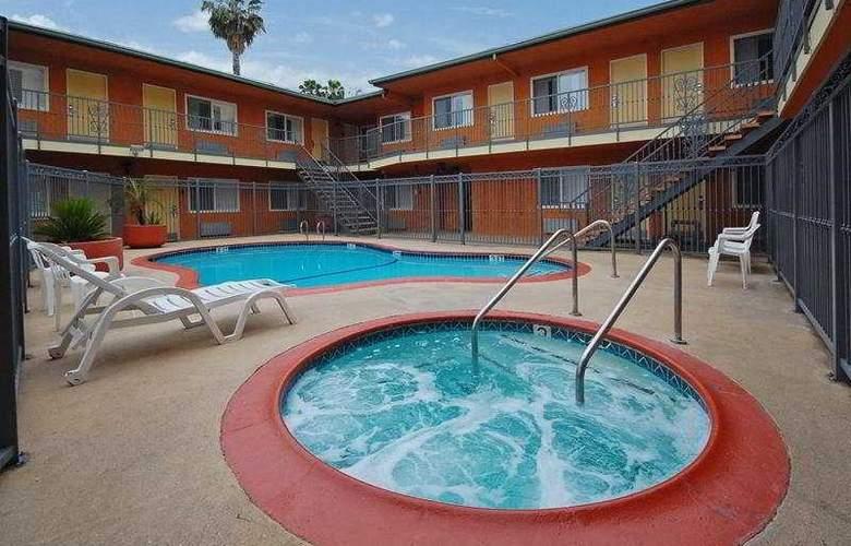 Anaheim Rodeway Inn & Suites - Pool - 7