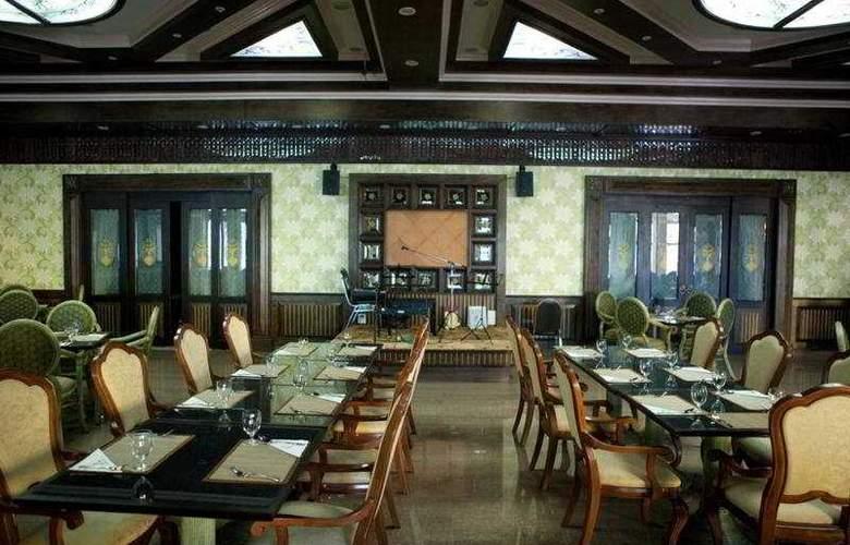 Ruean Phae Royal Park Hotel - Restaurant - 11