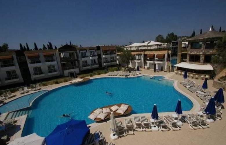 Risa Hotel - Pool - 17