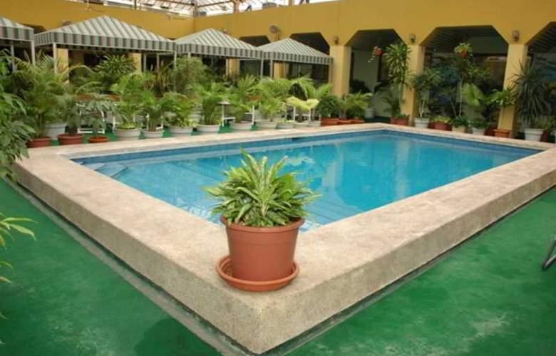 Ramada Guayaquil - Pool - 2