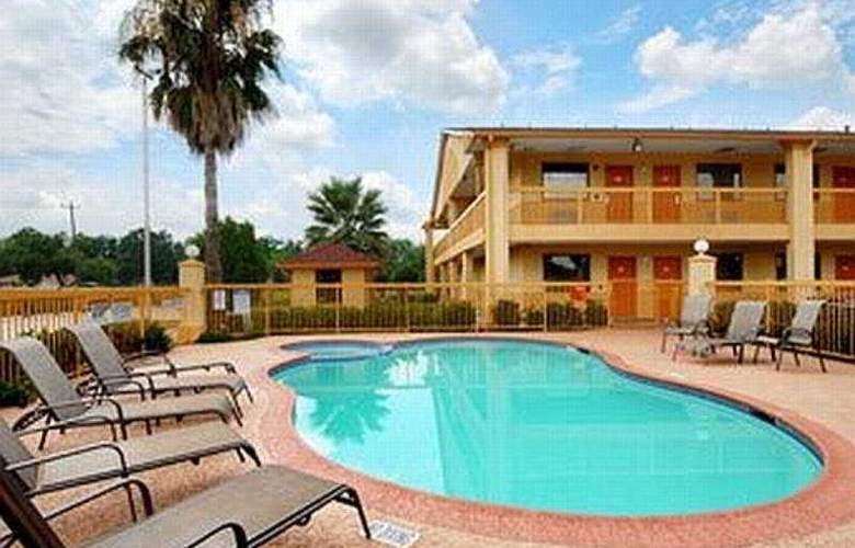 Howard Johnson Suites Hobby Airport - Pool - 6