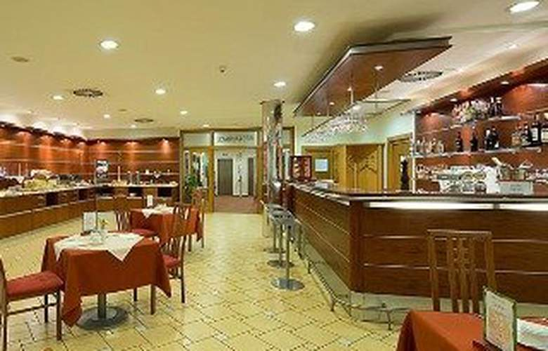 Ramada Airport Prague - Bar - 8