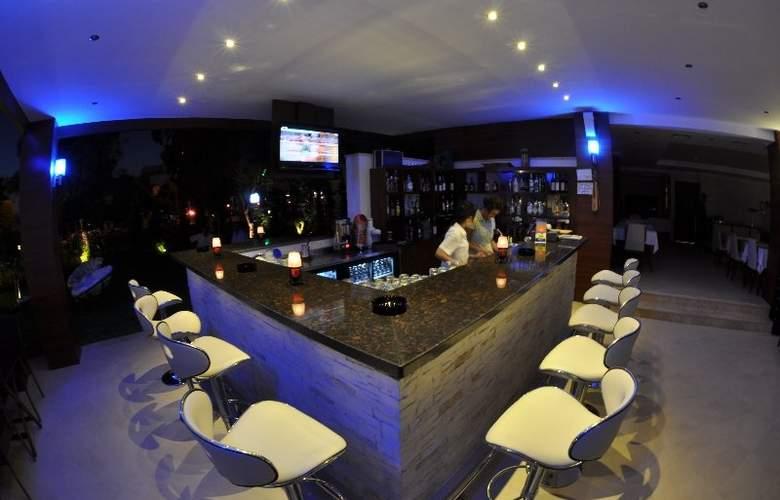 Small Beach Hotel - Bar - 4