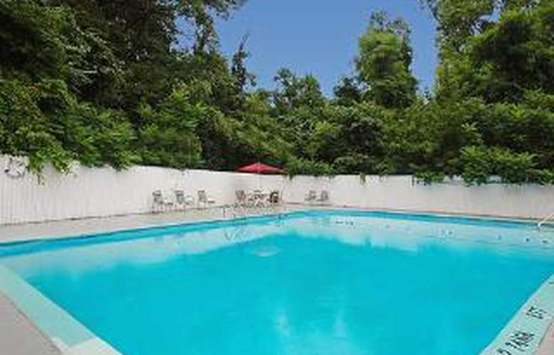 Econo Lodge Inn & Suites - Pool - 5