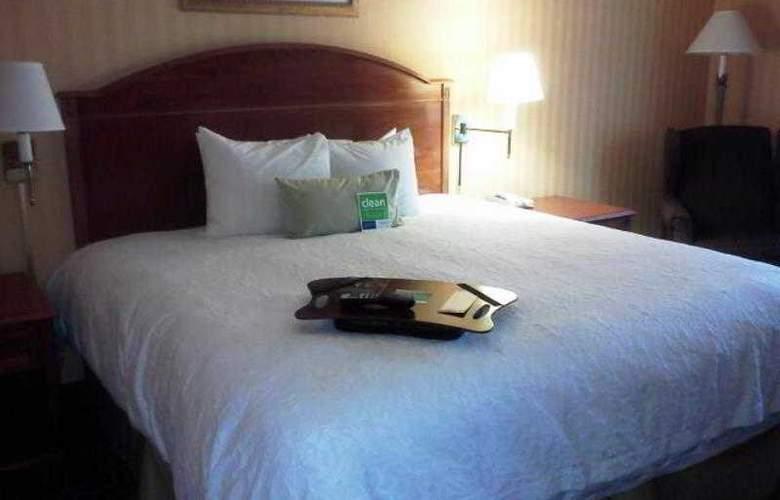 Hampton Inn and Suites CAL Expo - Room - 17