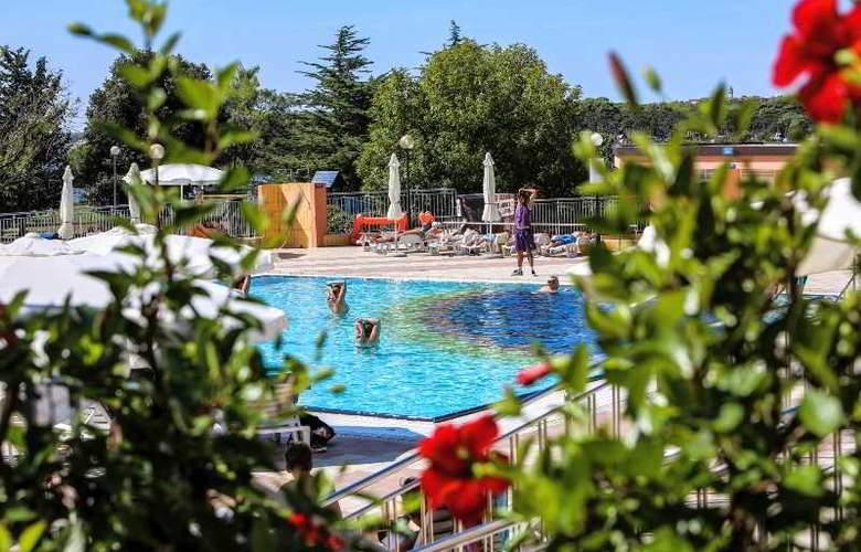 Holiday - Pool - 10