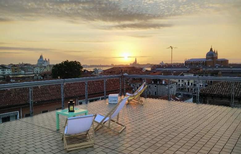 Sunny Terrace Hostel - Terrace - 32