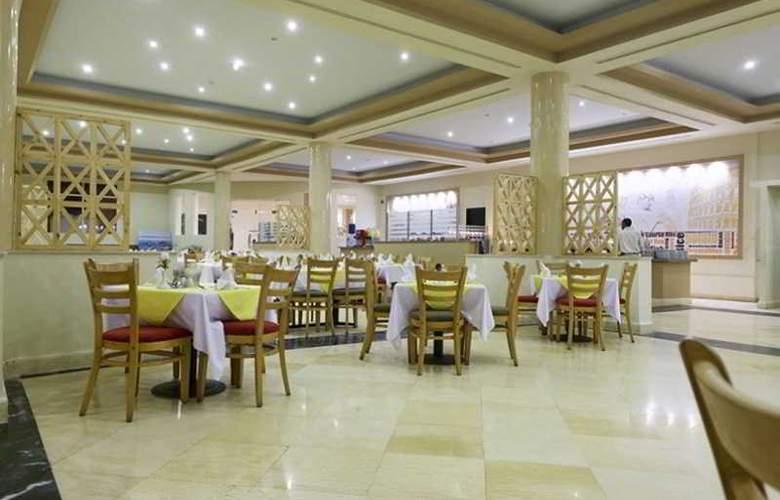 Three Corners Sea Beach Resort - Restaurant - 36
