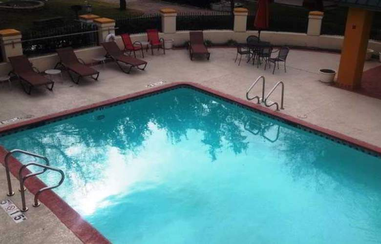 Red Roof Inn and Suites Addison - Pool - 5