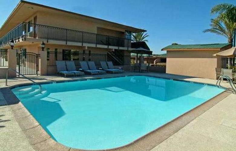 Quality Inn & Suites (Oceanside) - Pool - 3