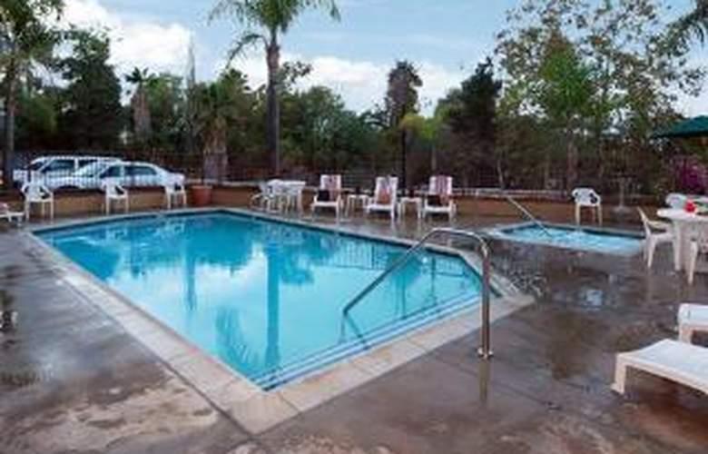 Comfort Inn at Irvine Spectrum - Pool - 4