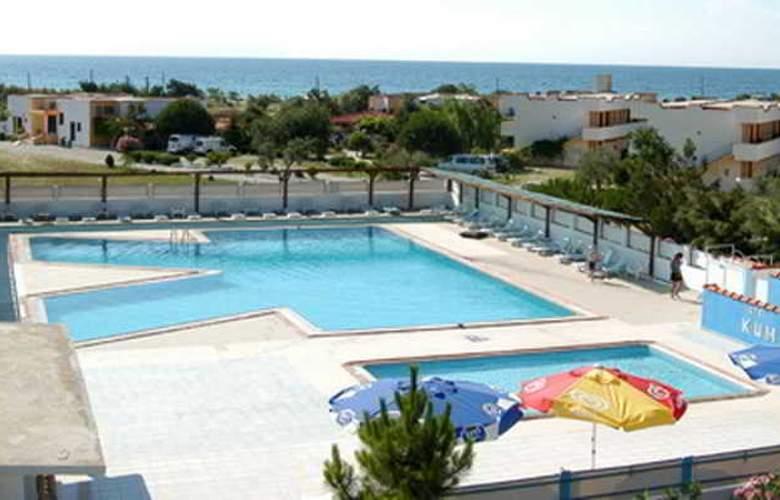 Kum Hotel - Pool - 3