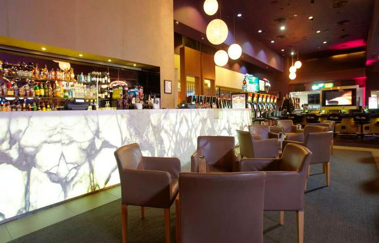 Jupiters Townsville Hotel and Casino - Bar - 6