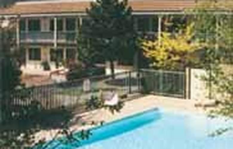 Quality Inn - Pool - 3