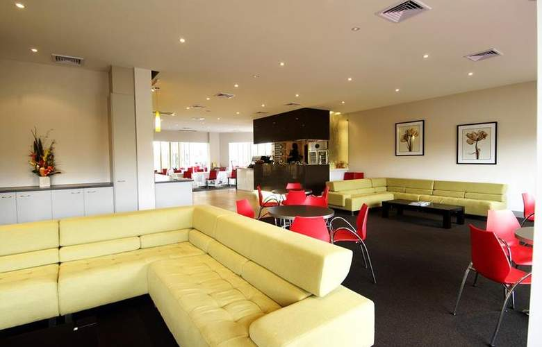 Best Western Airport Motel And Convention Centre - Bar - 17