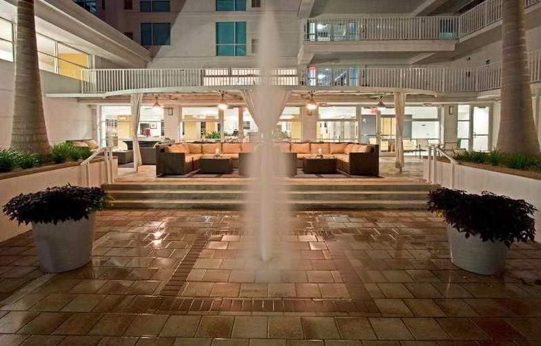 Crowne Plaza Tampa Westshore - Terrace - 3