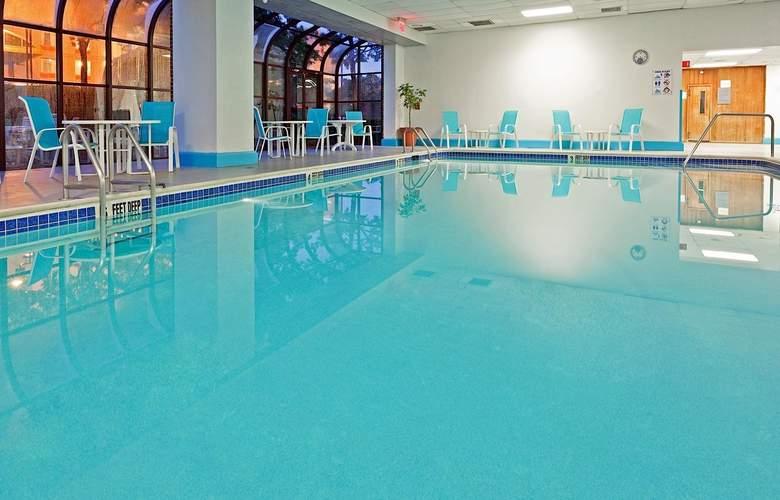 La Guardia Plaza Hotel - Pool - 11