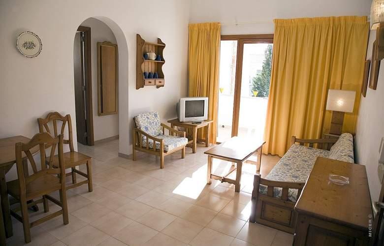 Apartamentos Leo - Room - 1