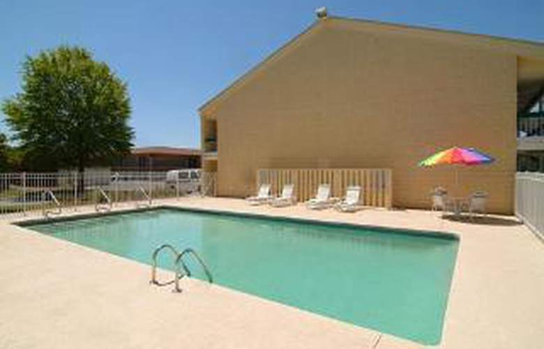 Quality Inn - Pool - 6