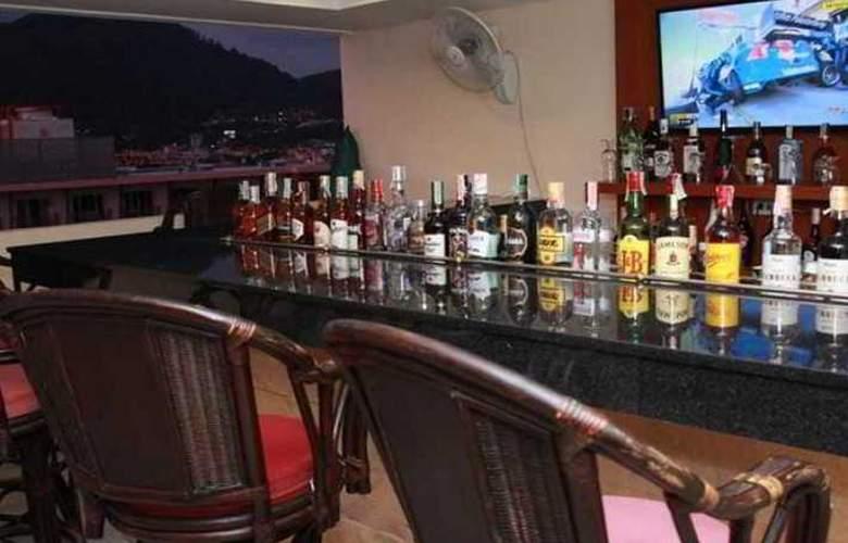 Hemingway's Silk Hotel - Bar - 4