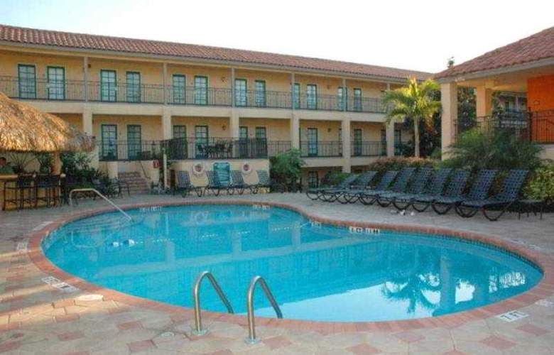 Holiday Inn & Suites Tampa North Busch Gardens Area - Pool - 1
