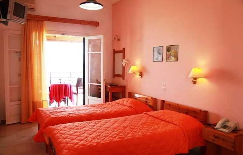 Yannis - Room - 17