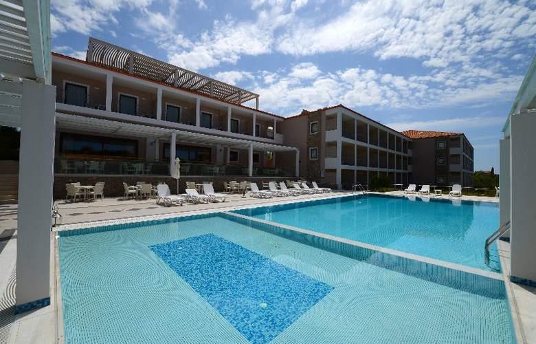 Arty Grand Hotel - Pool - 3