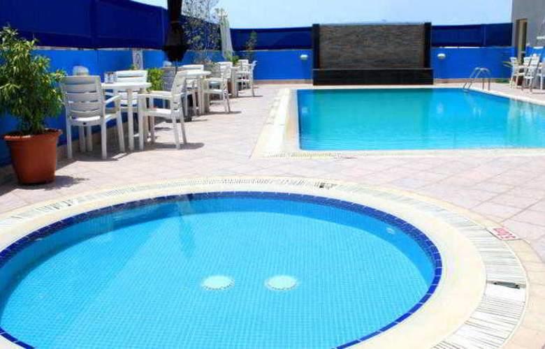 Montreal Hotel - Pool - 22