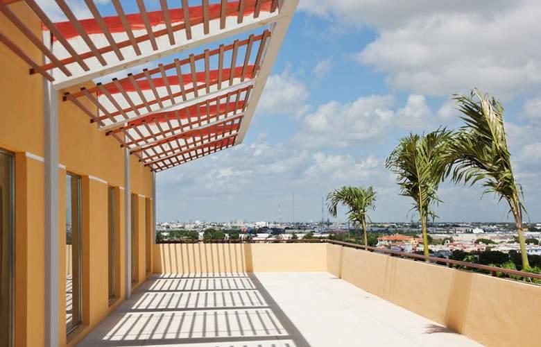La Quinta Inn & Suites Cancun - Terrace - 4