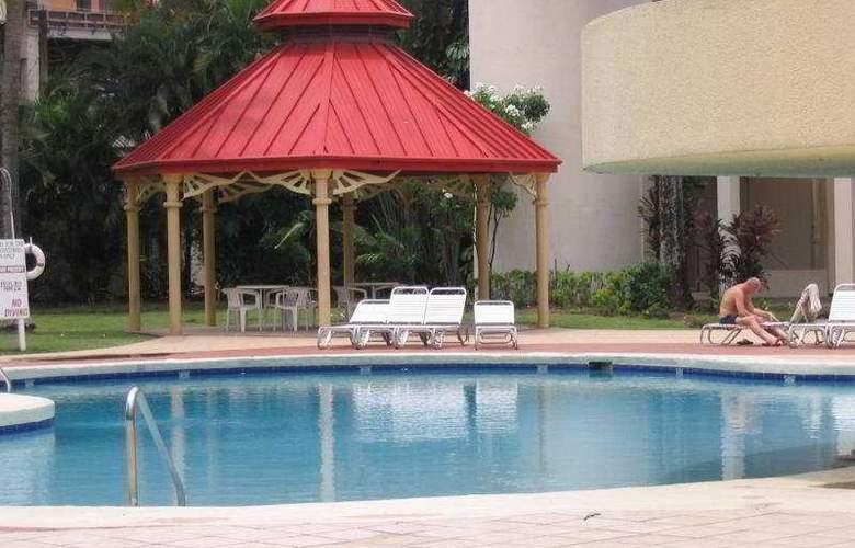 Crowne Plaza - Pool - 3