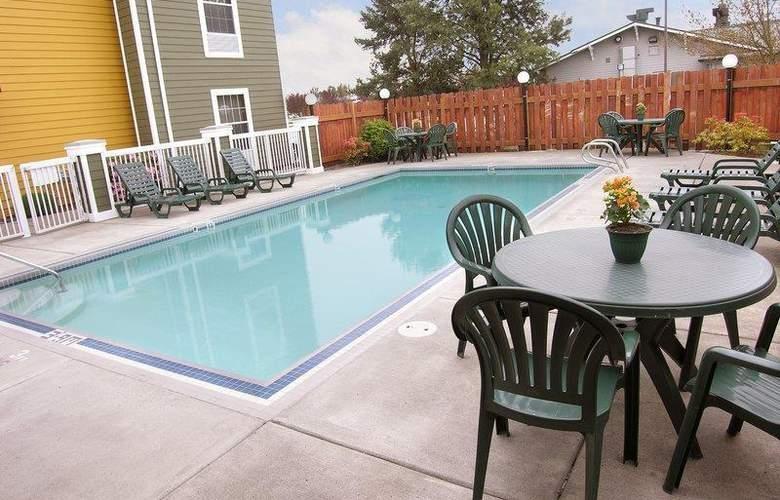 Best Western Woodburn - Pool - 74