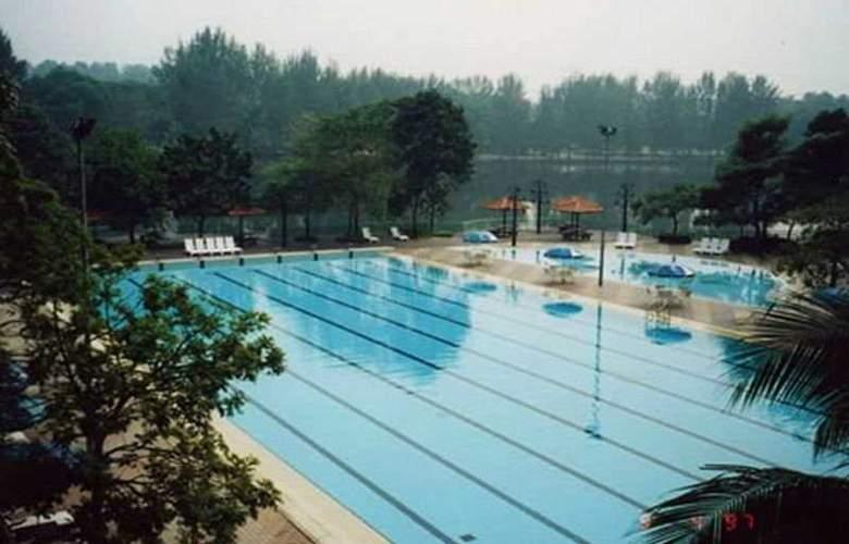 Holiday Villa Hotel and Suites Subang - Pool - 1