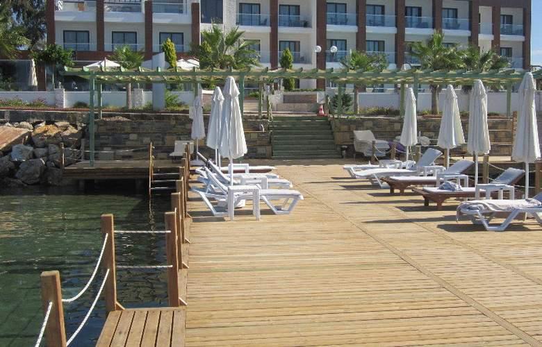 Small Beach Hotel - Terrace - 6