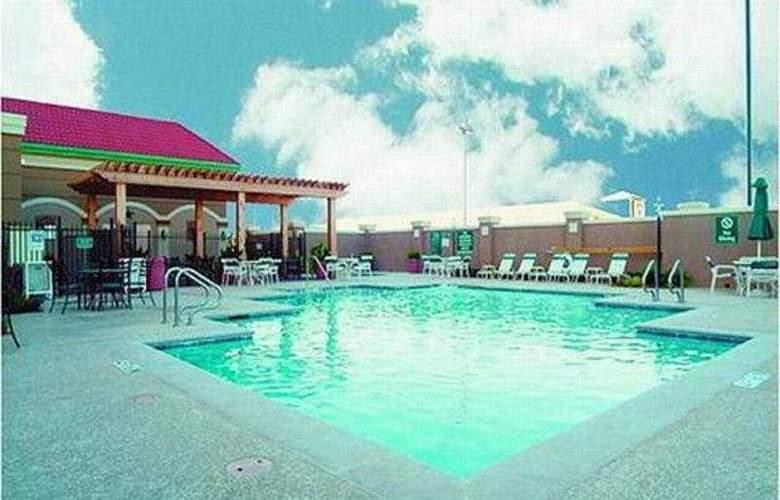 La Quinta Inn & Suites Arlington North 6 Flags Dr - Pool - 4